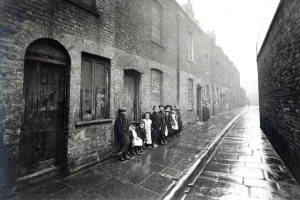 XJF294006 London Slums, c.1900 (b/w photo) by English Photographer, (20th century); black and white photograph; Private Collection; English, out of copyright