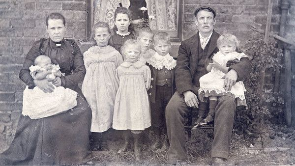 Image of a British working class family in Victorian era