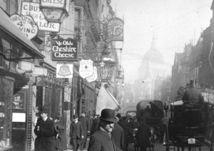Passers-by in Fleet Street outside Ye Olde Cheshire Cheese pub, 1900.